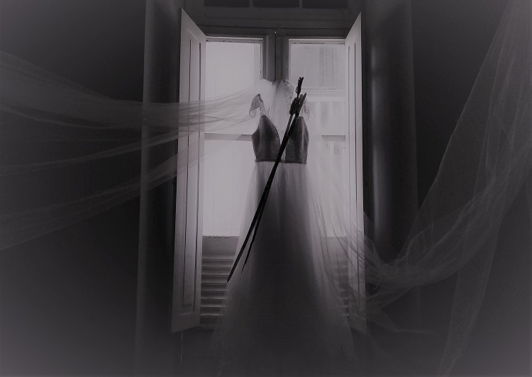 """Instalação. """"Vestido de Noiva com Arco e Flechas"""". 2019."""